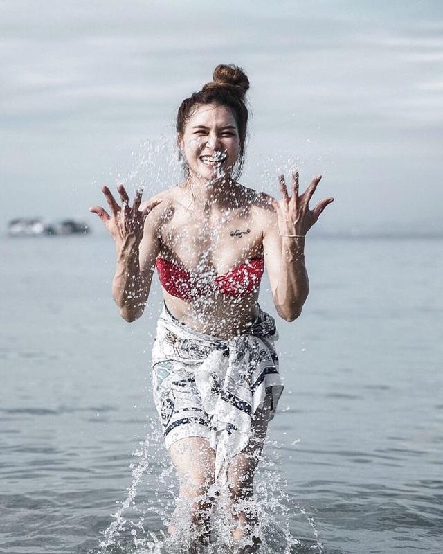 Nữ thần bóng chuyền Thái Lan khoe vẻ nóng bỏng trên bãi biển - 4