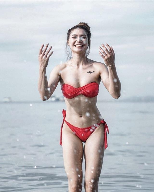 Nữ thần bóng chuyền Thái Lan khoe vẻ nóng bỏng trên bãi biển - 5