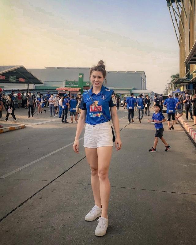 Nữ thần bóng chuyền Thái Lan khoe vẻ nóng bỏng trên bãi biển - 14