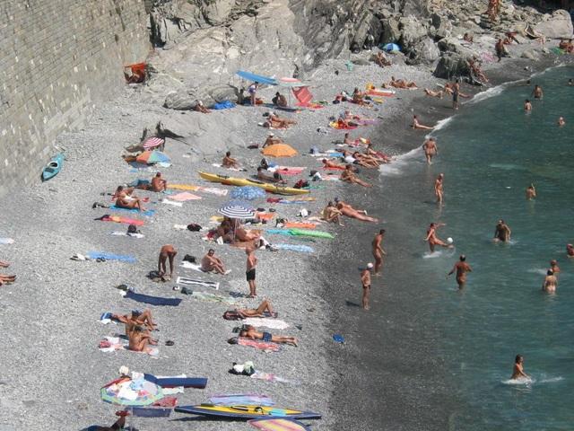 Những bãi biển cho phép du khách khỏa thân nổi tiếng thế giới - 1