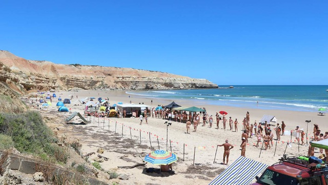 Những bãi biển cho phép du khách khỏa thân nổi tiếng thế giới - 3