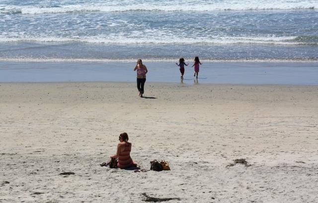 Những bãi biển cho phép du khách khỏa thân nổi tiếng thế giới - 4