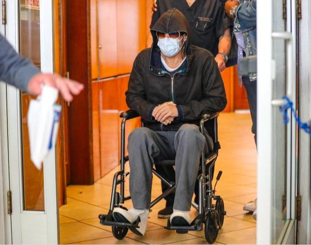 Xôn xao hình ảnh Brad Pitt ngồi xe lăn ở bệnh viện - 1
