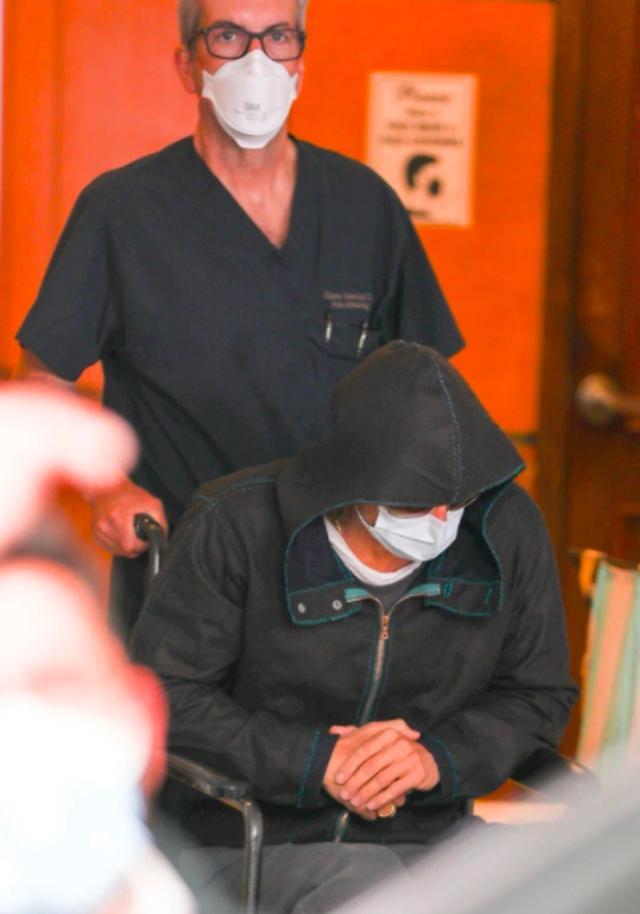 Xôn xao hình ảnh Brad Pitt ngồi xe lăn ở bệnh viện - 3
