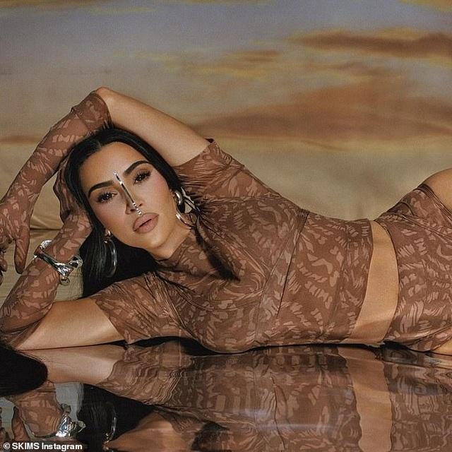 Kim Kardashian tích cực tung ảnh gợi cảm sau khi lên chức tỷ phú - 7