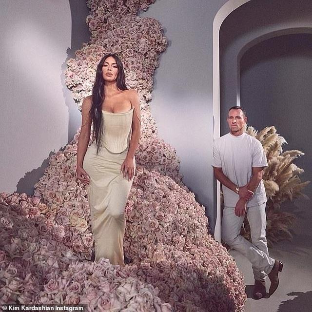 Kim Kardashian tích cực tung ảnh gợi cảm sau khi lên chức tỷ phú - 2