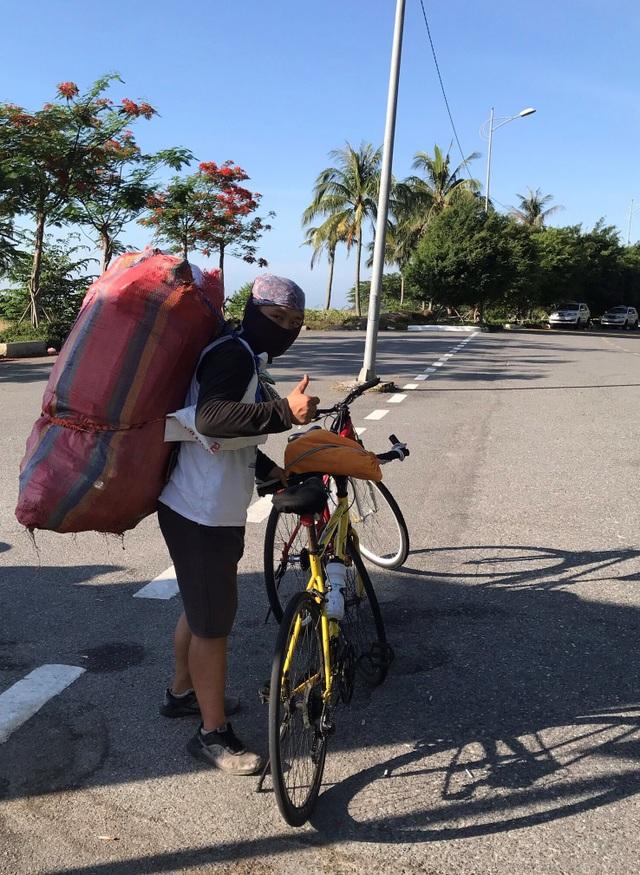 Chàng trai đạp xe nhặt rác, lấy ve chai làm từ thiện - 1