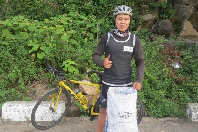 Chàng trai đạp xe nhặt rác, lấy ve chai làm từ thiện - 2