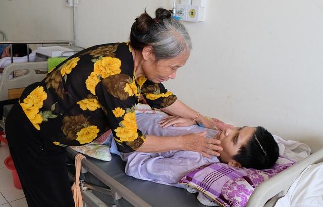 Rớt nước mắt cảnh mẹ nghèo kiệt sức tìm sự sống cho con trai 18 tuổi - 1