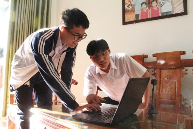 Hai học sinh lớp 12 nghiên cứu hệ thống giám sát người đeo khẩu trang - 1