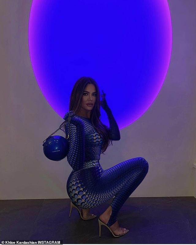 Khloe Kardashian gây choáng với trang phục ôm sát nghẹt thở - 5