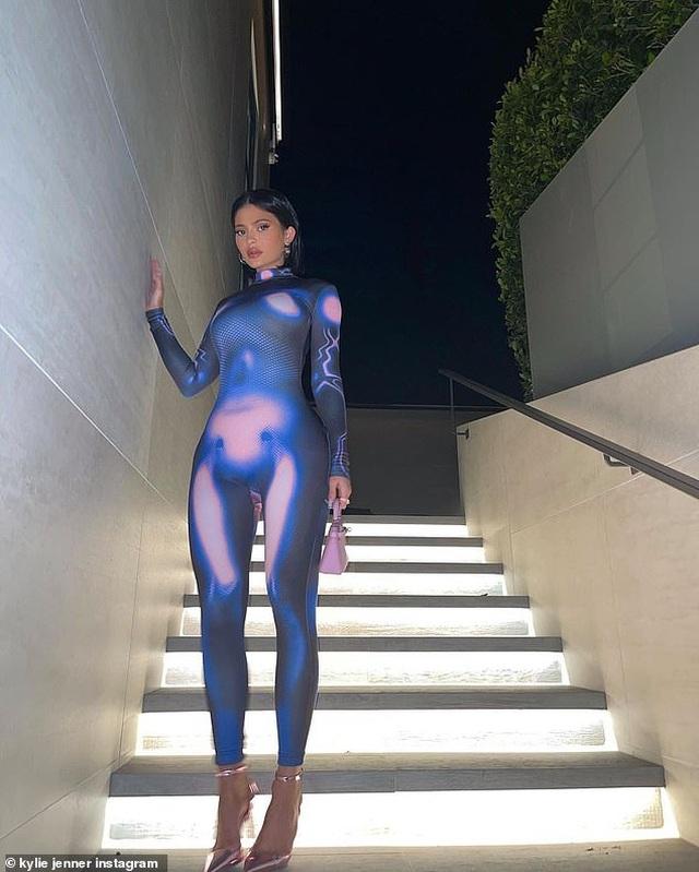 Khloe Kardashian gây choáng với trang phục ôm sát nghẹt thở - 7