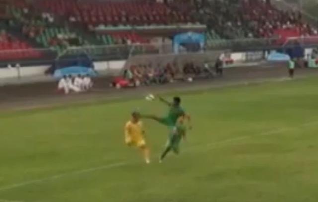 Cầu thủ CLB Bình Phước đạp thẳng mặt đối thủ, trọng tài ra quyết định sốc - 1