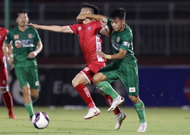 Giật cùi chỏ thô bạo, cựu tuyển thủ U23 Việt Nam nhận cái kết đắng - 1