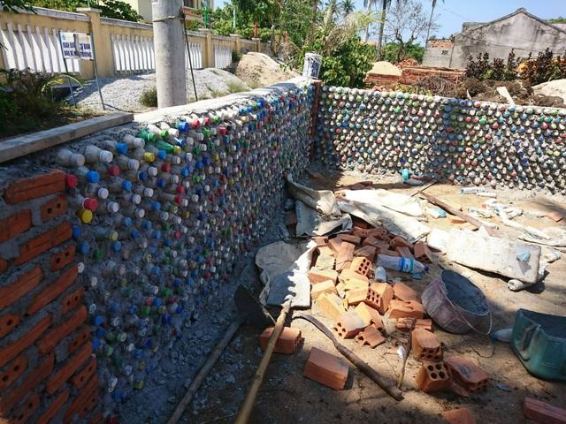 Chàng trai xây nhà từ 6000 chai nhựa trên đảo Bé Lý Sơn - 3