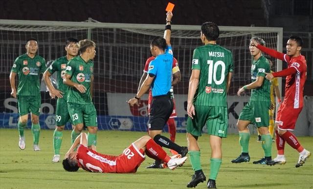 Giật cùi chỏ thô bạo, cựu tuyển thủ U23 Việt Nam nhận cái kết đắng - 2
