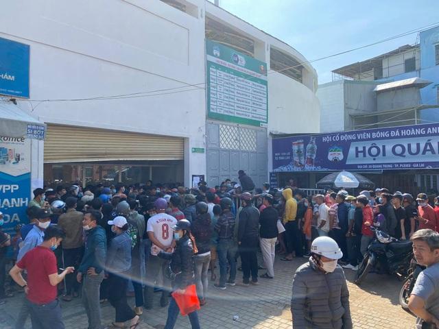 Sốt vé cực độ ở sân Pleiku trước trận HA Gia Lai - CLB Hà Nội - 4