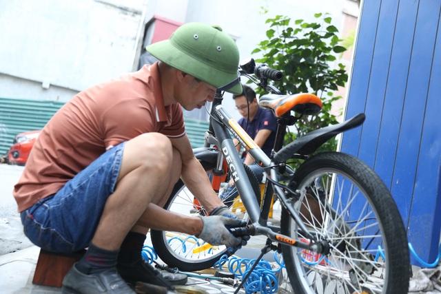 Mất việc vì Covid-19, kỹ sư, hướng dẫn viên cho thuê xe đạp quanh Hồ Tây - 6