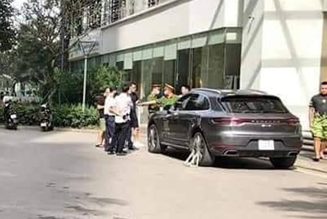 Hai xe sang Porsche Macan trùng biển số, chạm mặt tại Hà Nội - 2