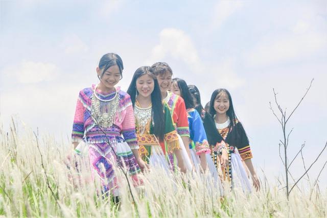 Thiếu nữ HMông khoe sắc xinh đẹp bên đồi cỏ tranh trắng muốt Đắk Nông - 7