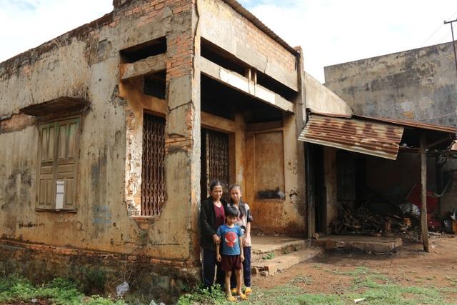 Thương cảnh ba bà cháu từ gánh bún trong ngôi nhà bỏ hoang đến góc chợ - 1