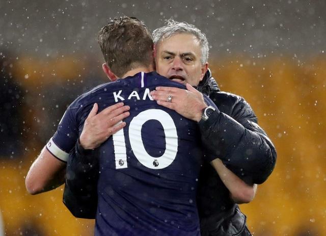 Hé lộ thông tin cực sốc về việc HLV Mourinho bị sa thải - 1
