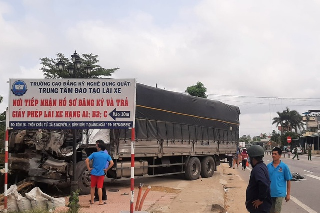 Ô tô tải tông sập nhà dân - 1