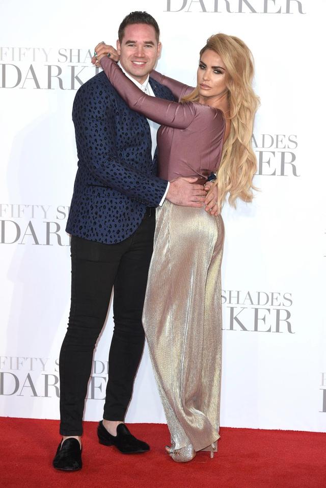 Người mẫu ngực khủng Katie Price đính hôn lần thứ 8 - 7