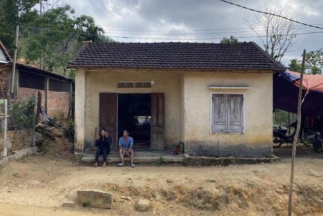 Chuyện của 2 thiếu nữ rời làng xuống phố, bị tra tấn ép làm tay vịn - 1
