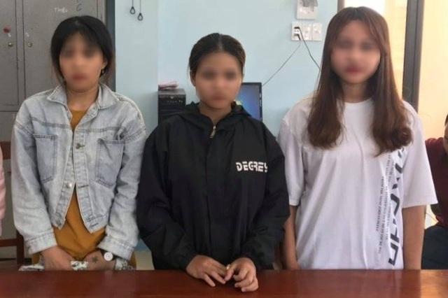 Chuyện của 2 thiếu nữ rời làng xuống phố, bị tra tấn ép làm tay vịn - 3