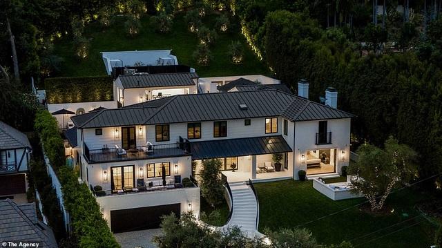 Rihanna vung hàng chục triệu USD mua 2 siêu biệt thự cạnh nhau - 1