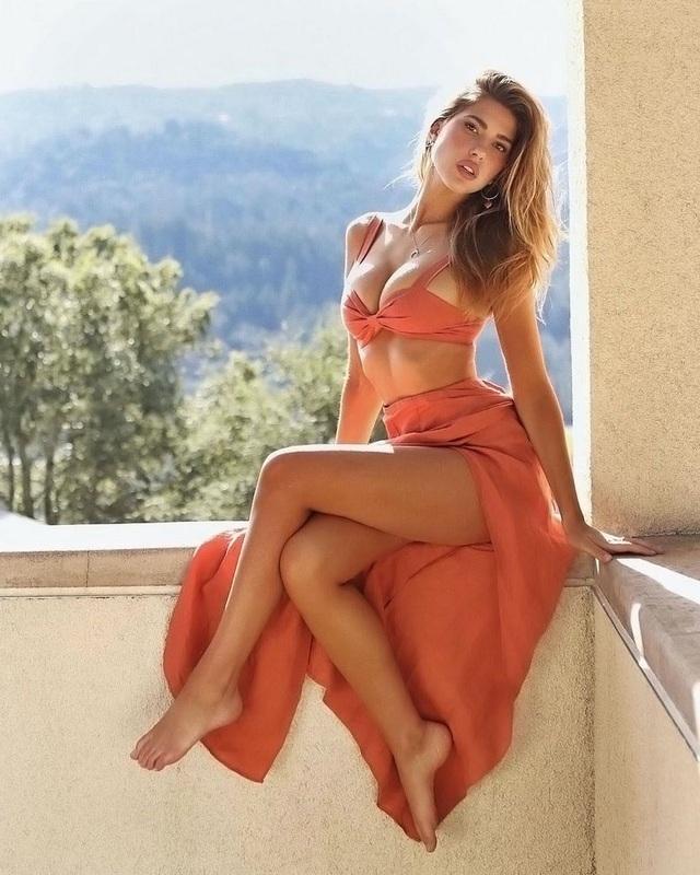 Người mẫu Kara Del Toro khẳng định vòng một là tự nhiên