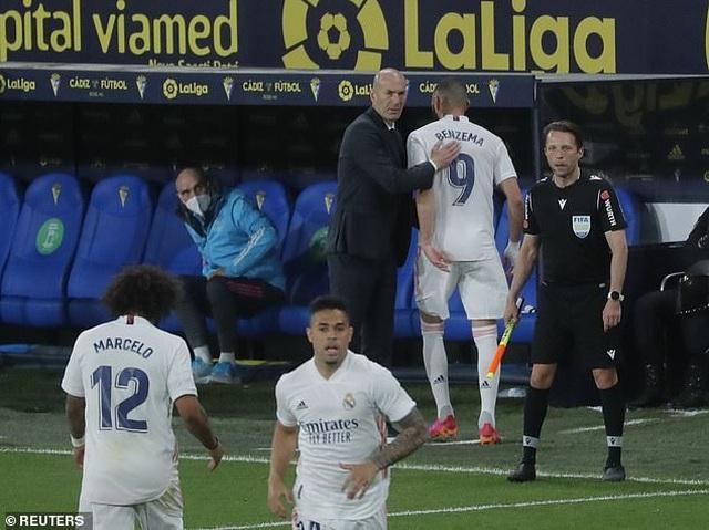 Real Madrid bị cổ động viên Cadiz tấn công trong ngày lên ngôi đầu La Liga - 12