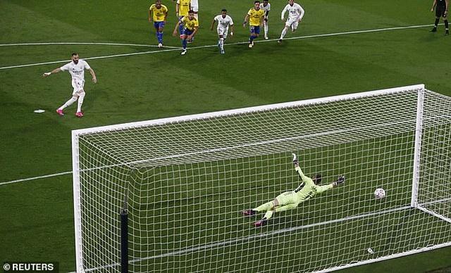 Real Madrid bị cổ động viên Cadiz tấn công trong ngày lên ngôi đầu La Liga - 6