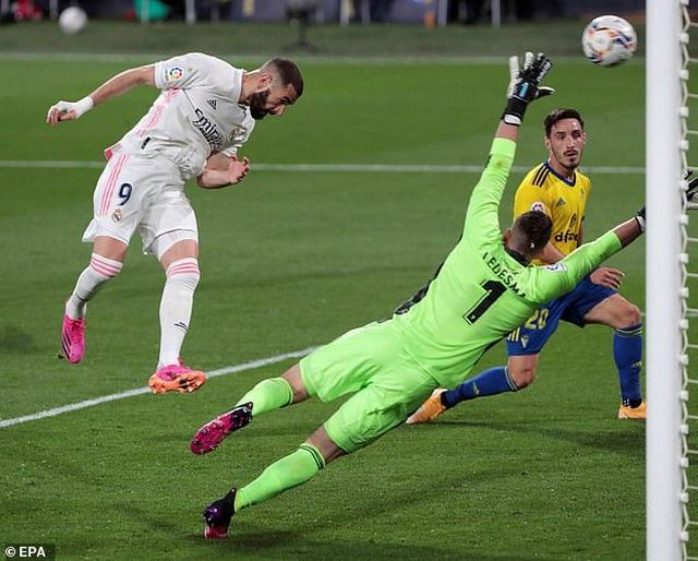 Real Madrid bị cổ động viên Cadiz tấn công trong ngày lên ngôi đầu La Liga - 9