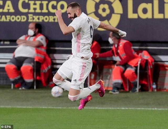 Real Madrid bị cổ động viên Cadiz tấn công trong ngày lên ngôi đầu La Liga - 10