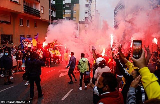 Real Madrid bị cổ động viên Cadiz tấn công trong ngày lên ngôi đầu La Liga - 1