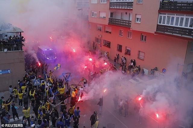 Real Madrid bị cổ động viên Cadiz tấn công trong ngày lên ngôi đầu La Liga - 2