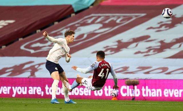 Hạ Aston Villa, Man City dập tắt hy vọng vô địch của Man Utd - 2