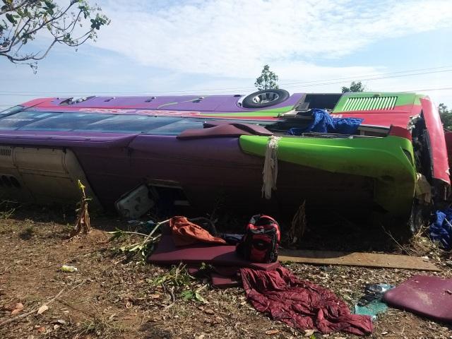 Lật xe khách giường nằm, 31 người nhập viện cấp cứu - 2