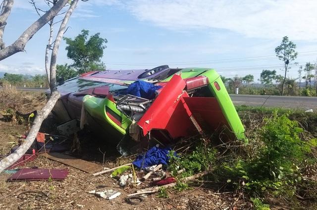 Lật xe khách giường nằm, 31 người nhập viện cấp cứu - 1
