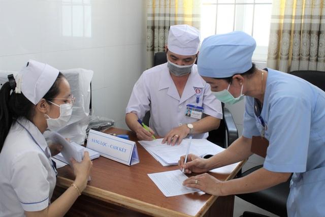 Mũi tiêm vắc xin phòng Covid-19 đầu tiên cho lực lượng y tế Bạc Liêu - 4