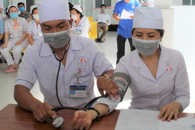 Mũi tiêm vắc xin phòng Covid-19 đầu tiên cho lực lượng y tế Bạc Liêu - 3