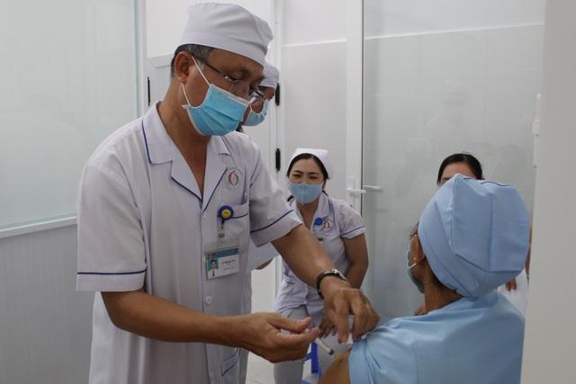 Mũi tiêm vắc xin phòng Covid-19 đầu tiên cho lực lượng y tế Bạc Liêu - 5