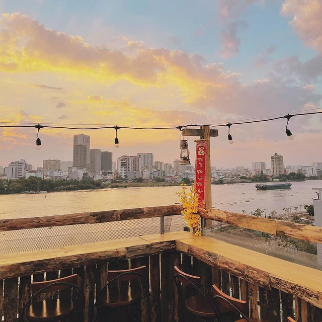Pocket a series of rooftop cafes to watch the romantic sunset in Saigon - 8