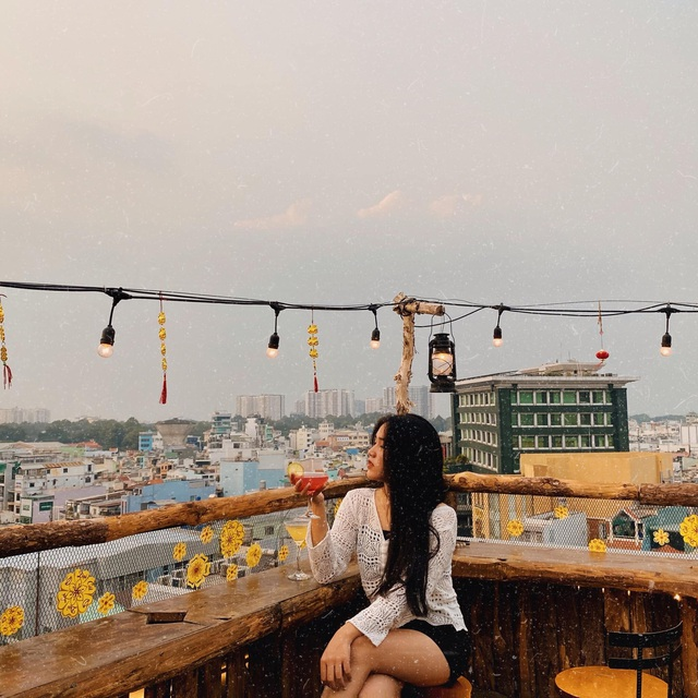 Pocket a series of rooftop cafes watching the romantic sunset in Saigon - 5