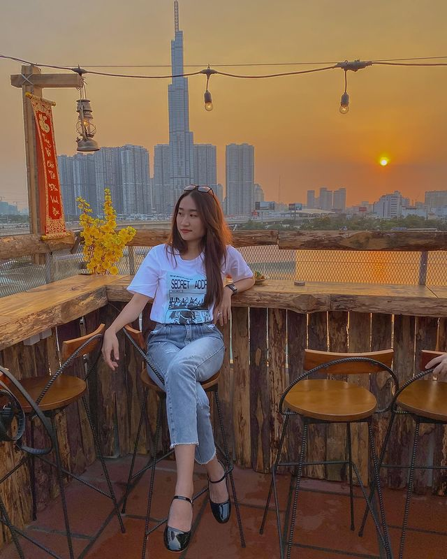 Pocket a series of rooftop cafes to watch the romantic sunset in Saigon - 9