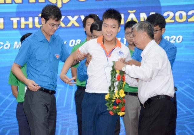 Những nấc thang của cậu học trò bại não dự Kỳ thi Olympic Tin học Châu Á - 1