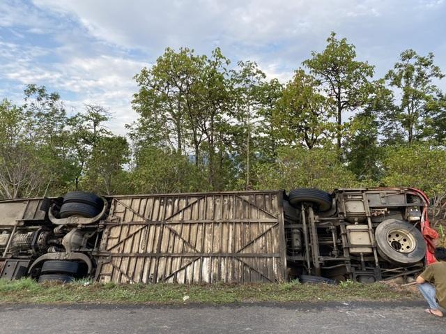 Lật xe khách giường nằm, 31 người nhập viện cấp cứu - 3