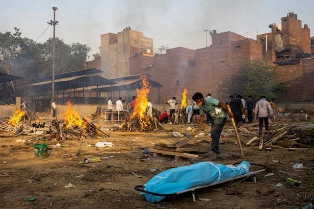 Lò hỏa táng Ấn Độ vỡ trận, thi thể nạn nhân Covid-19 nằm la liệt trên đường - 1